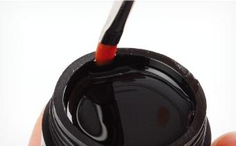 カルガードで爪の表面を拭き取り、筆の片側のみにジェルを取りクリアジェルを塗布します。